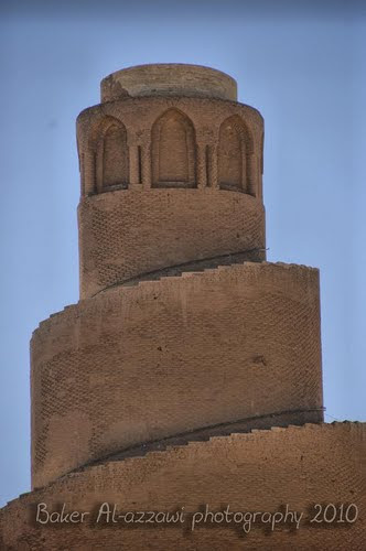 Большая мечеть в Самарре и Мечеть Аскария Преемник аль-Му`тасима, халиф аль-Васик воздвиг в Самарре Великую мечеть с её знаменитым минаретом в виде спирали высотой 52 м и шириной 33 м. На тот момент это было самое крупное сооружение исламского мира. От столицы халифата сохранилось в более или менее поврёждённом виде немалое число памятников, включая два дворца, площадью 125 и 211 гектара, — крупнейшие дворцовые сооружения в истории исламской архитектуры.