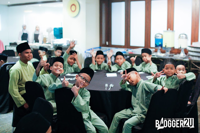 Pemberian duit raya kepada anak-anak yatim yang hadir