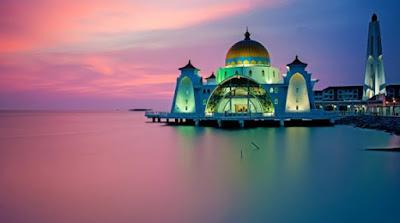 Masjid Selat Melaka tempat menarik malam