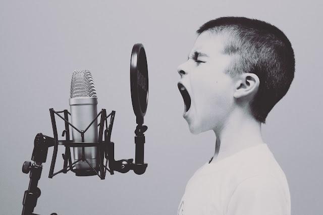 chłopiec, śpiew, mikrofony