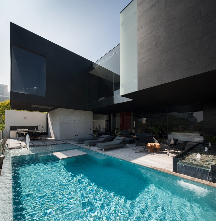 Swimming pool in Dominant modern mansion by GLR Arquitectos