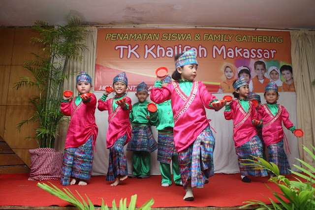 Meriahnya Fashion Show Baju Adat Murid TK Khalifah
