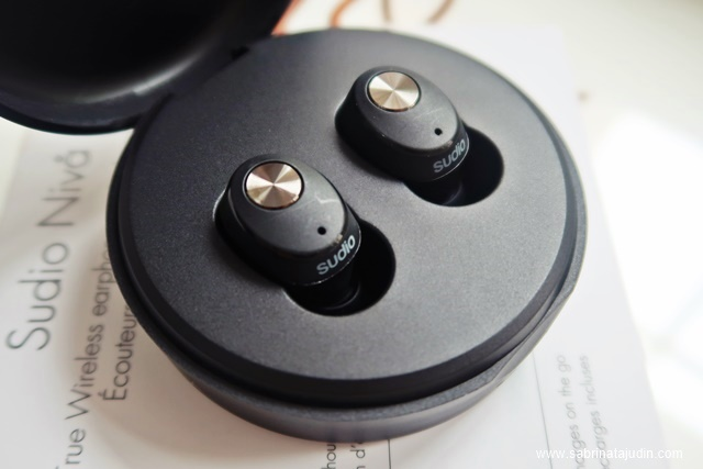 f0ed457d022 The Sudio NIVÅ earphone features 3.5 hours of battery life. &comes with a  cool stylish portable charging case. It can also be used as a case to  protect your ...