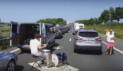 Ο πιο παράξενος τρόπος να περάσεις την ώρα σου κολλημένος στην κίνηση