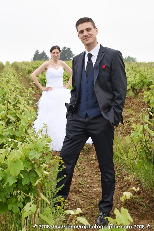 portrait des mariés dans les vignes en vendée 85