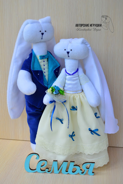 Подарок на свадьбу, свадебные зайчики, зайчики в красном, земляничная свадьба, зайчики из флиса, свадебный оригинальный  подарок, игрушки на заказ на свадьбу, зайцы на свадьбу, интересный подарок на свадьбу