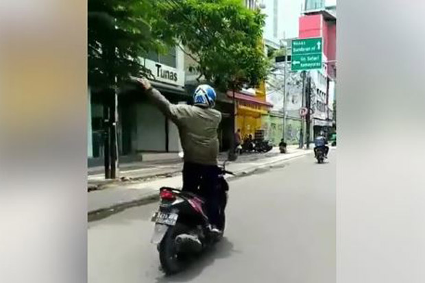 Viral di Medsos, Pengendara Sepeda Motor Sambil Joget Ditilang
