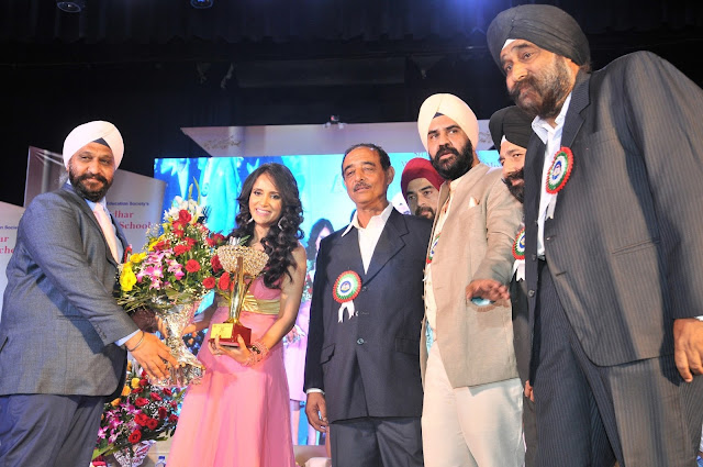 Shweta Khanduri being felicitated