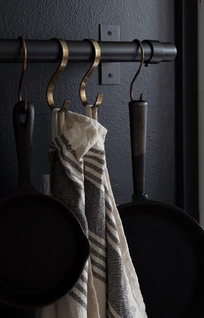 měděné háčky kuchyň