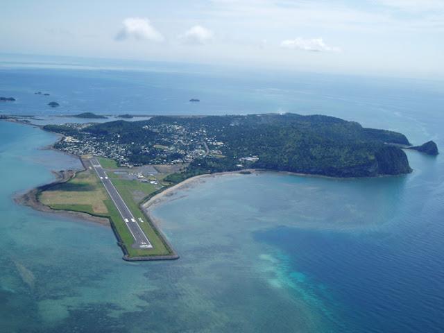 Vue aérienne de l'aéroport de Mayotte à Dzaoudzi