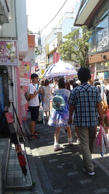 Takesita Dori, muchachas vestidas manga