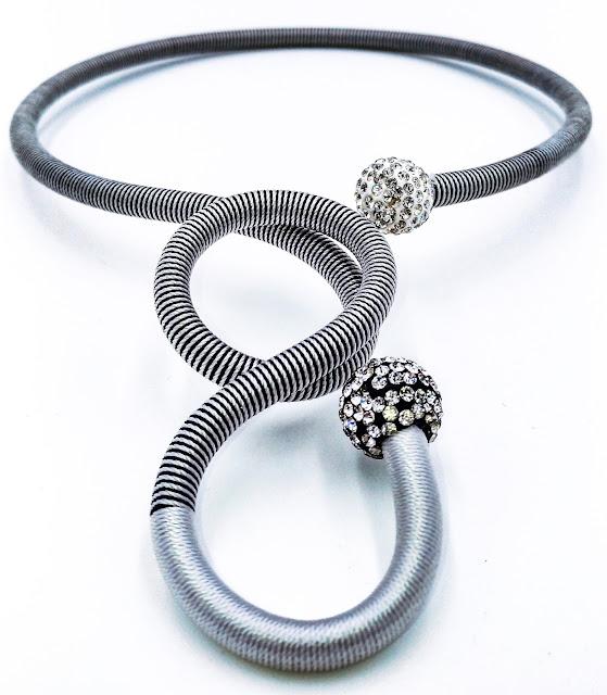 Très original ce collier torsade, adaptable, malléable, les strass vous feront briller de mille feux. L'originalité de ce collier rendront folles de jalousie vos amies. Plusieurs coloris disponibles. Collier vendu à 25 €.