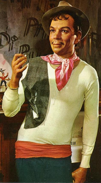 Foto Cantinflas con su ropa típica a colores