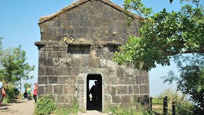 गडावरील जुने दगडी बांधकाम
