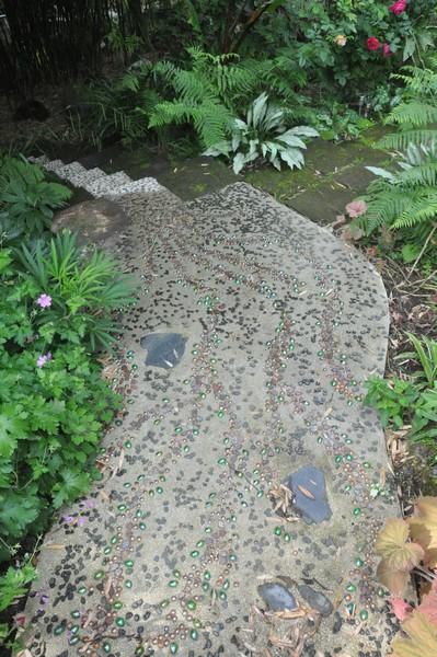 Allée de jardin en ciment, galets de schiste et billes de verre ...