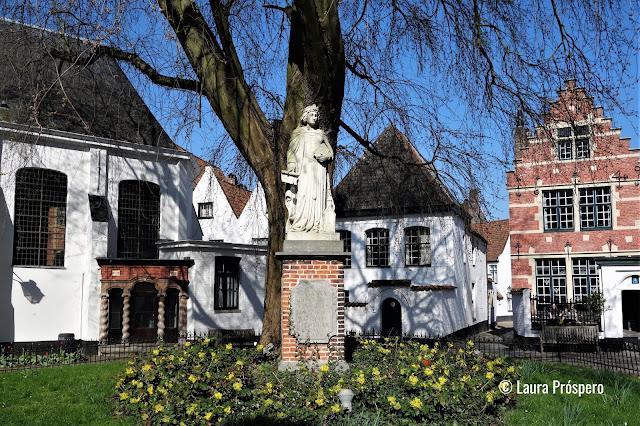 O beguinário Sainte-Élisabeth de Courtrai (Begijnhof Sint-Elisabeth) foi fundado em 1238 e inscrito como Patrimônio Mundial da Unesco desde 1998.