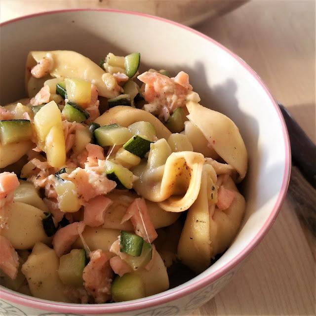 Pasta mit Mozzarella, Lachs und Zucchini