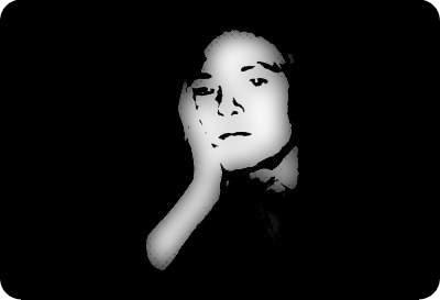 Ein zweifarbiges Selbstporträt von mir im Alter von 41, bei dem ich meinen Kopf mit der Hand abstütze.