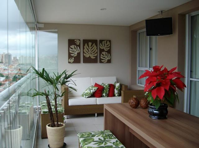 Sala de apartamento pequeno com espelho decoracao de interio.