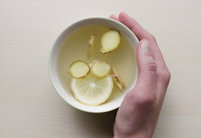 Minum teh jahe hangat + madu + lemon bisa meredakan sakit menstruasi dan gejala PMS