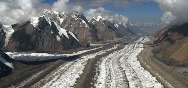 Morrenas de un glaciar y rocas sedimentarias