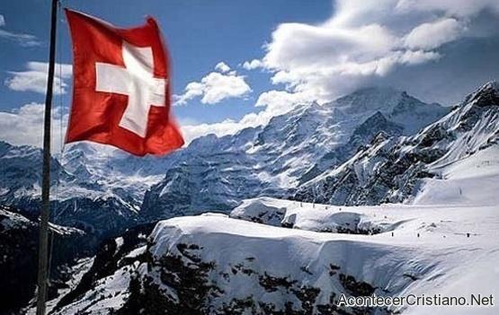 Bandera de Suiza flamea en los Alpes