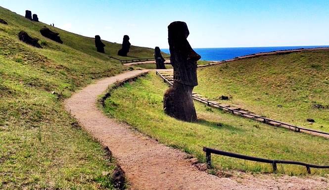 patung moai tertanam di pulau paskah