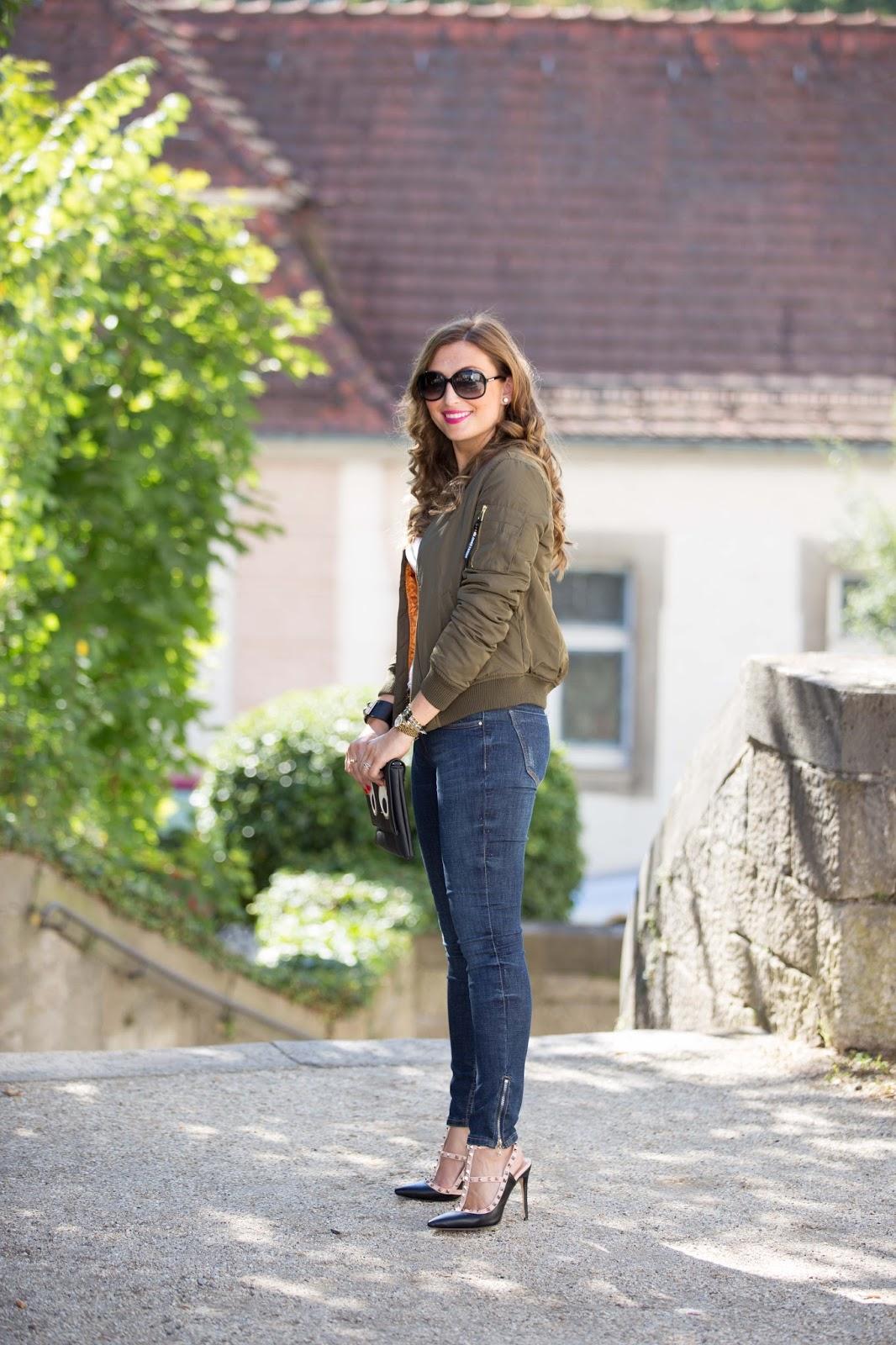 Bomberjacke-khaki jacke-Fashionstylebyjohanna-fashionblog-frankfurt blogger-fashionblogger-bloggerdeutschland-lifestyleblog-modeblog-frankfurt-germanblogger-styleblog-bundfaltenhose-a-la-streetwear-chic-