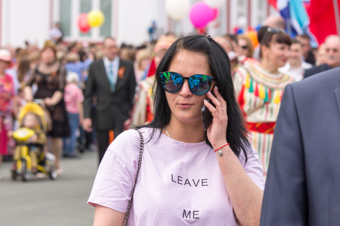 Девушка в тёмных очках с телефоном