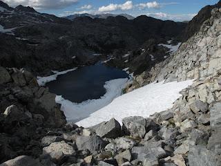 Blick hinunter zum Iceberg Lake; an der Schattenlinie befindet sich ein etwa 130m tiefer Steilhang.