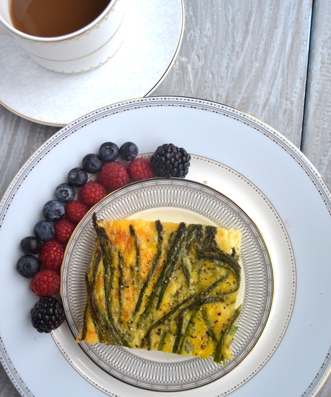 Asparagus and Cheddar Egg Bake with Hash Brown Crust makes the perfect weekend breakfast or is awesome for meal prep. Super easy and tasty! www.nutritionistreviews.com