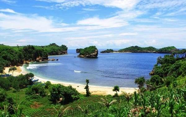 Pesona Pantai Peh Pulo Blitar
