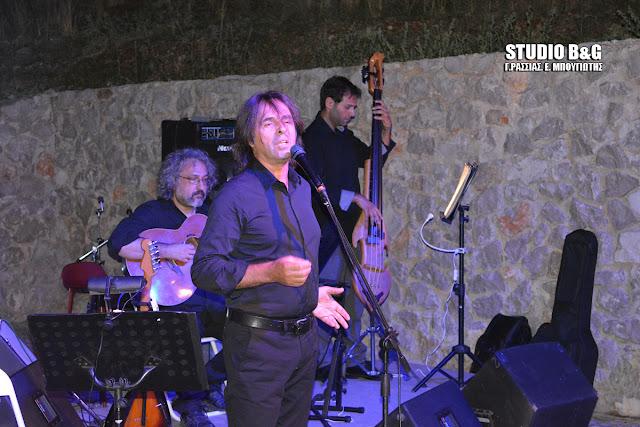 """""""Αύγουστος και Μνημεία"""": Συνεπήρε το κοινό ο Βασίλης Λέκκας στην Ακρόπολη της Μιδέας"""