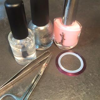 Strumenti per ricreare una nail art, utilizzando il filo decorativo, lo smalto grigio, rosa e trasparente