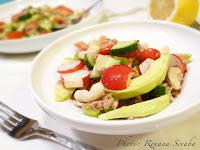 Salata de cruditati cu ton, avocado si caju