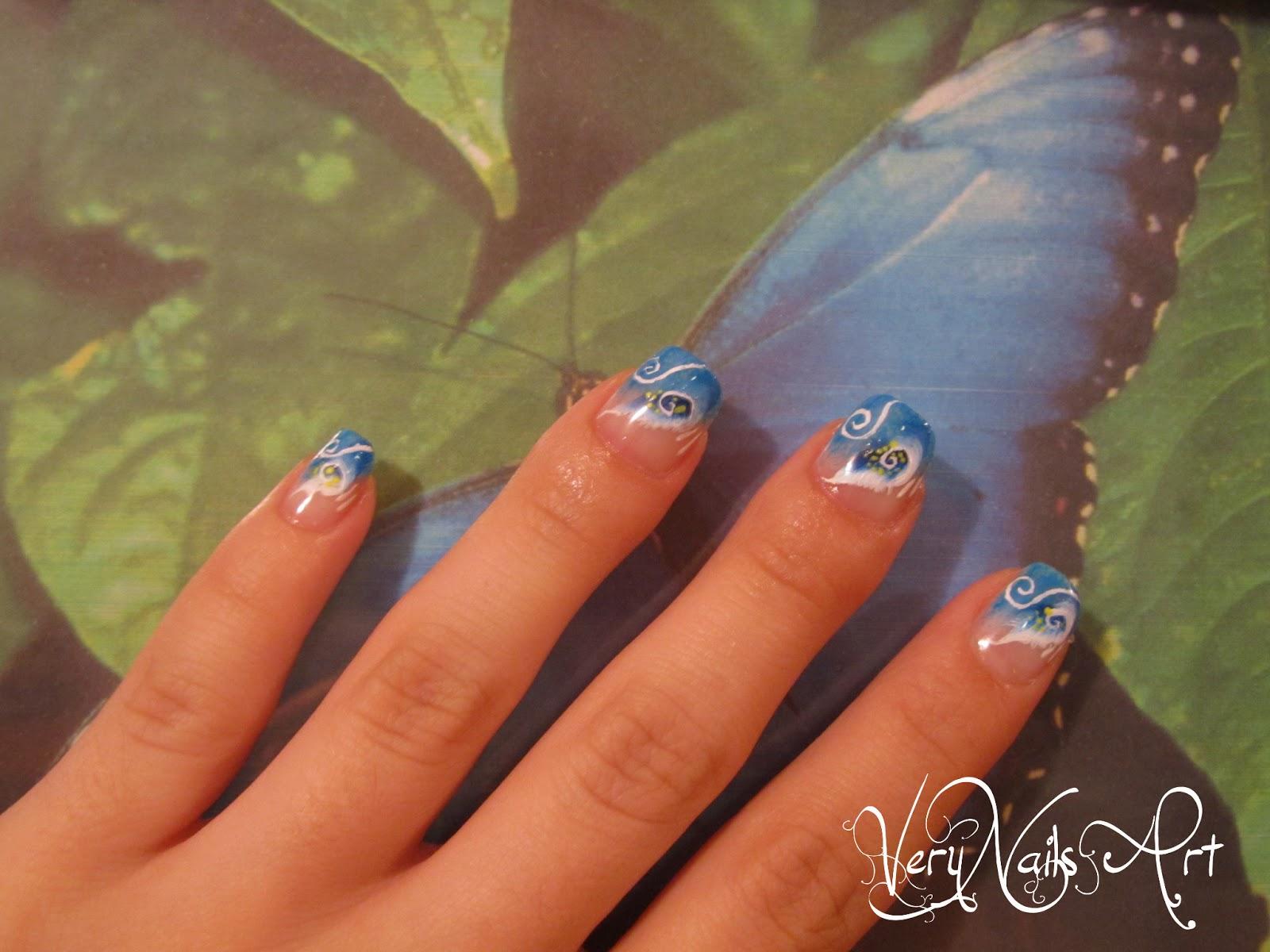 Uñas decoradas con flores azules