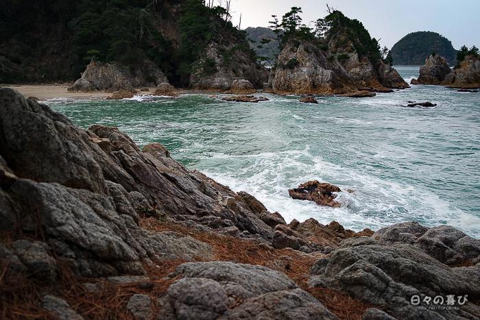 vue sur la plage avec rochers en arrière plan
