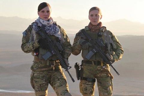 Fotografia 1  Dupla de integrantes do CST-2 (Cultural Support Team-2   Equipe de Apoio Cultural-2) desdobradas no Afeganistão para operar em  auxílio aos ... b040ed55b0802