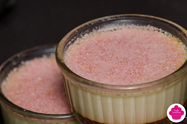 Oeufs au lait de coco et poudre de biscuits roses de Reims