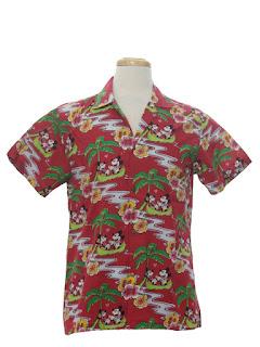 Мелкий Микки Маус на мужской футболке