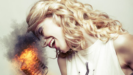 Microphone is on Fire when she Sing HD
