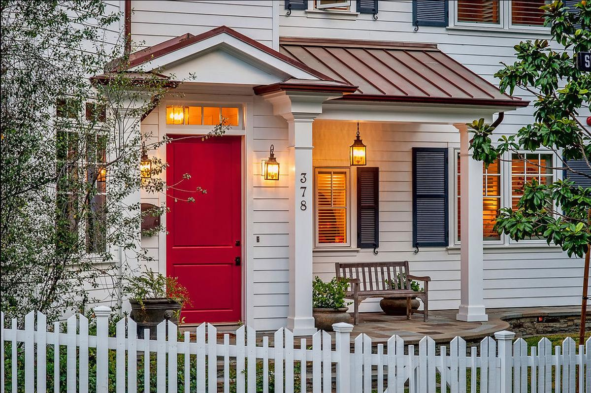 Caliente Red Door Hey Everyone Just A Very Quick Posting Today Usually I Am Not Fan Of White Siding On House However There Are Instances When It