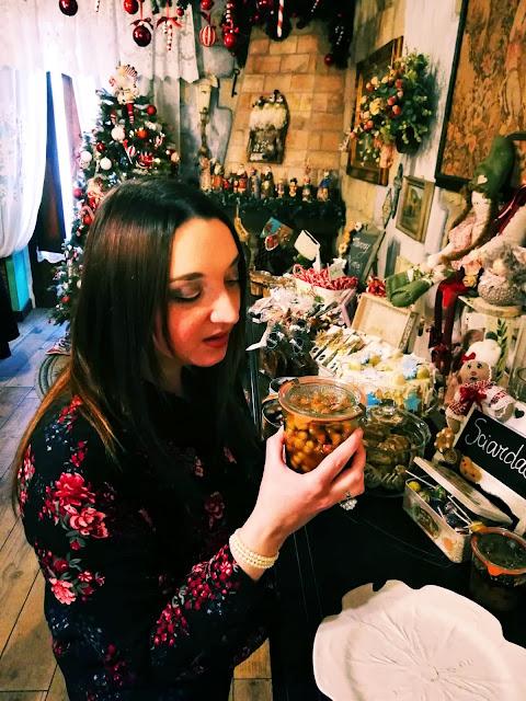 Valeria Alchirafi osserva gli struffoli napoletani
