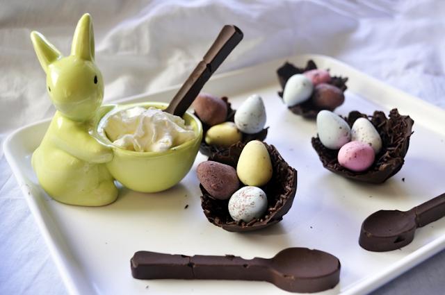 huevera indicidual con forma de conejo con nata montada y nidos de chocolate y cucharas de chocolate