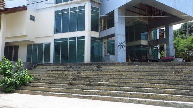 Большое заброшенное здание на острове Панган