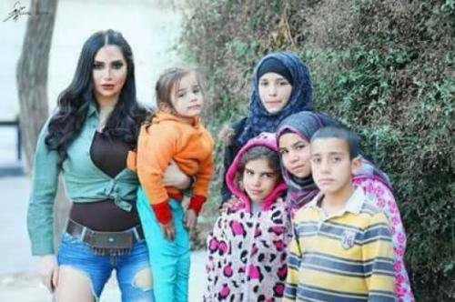 الممثلة السورية رنا الأبيض تساعد النازحين في الحدائق !!