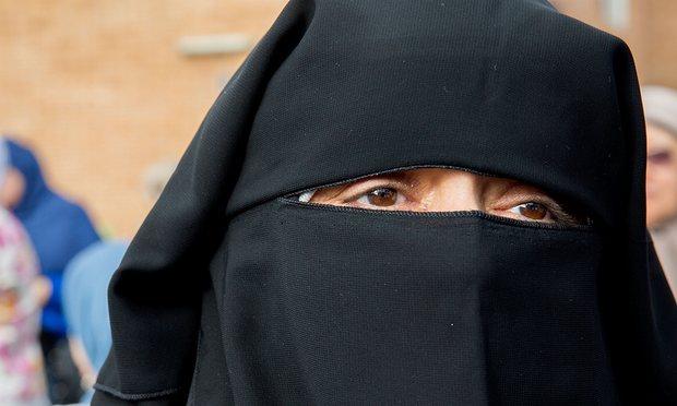 Un homme vêtu d'un Niqab braque une agence de transfert de fonds à Tanger.