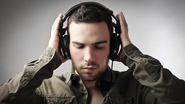 homem escutando música