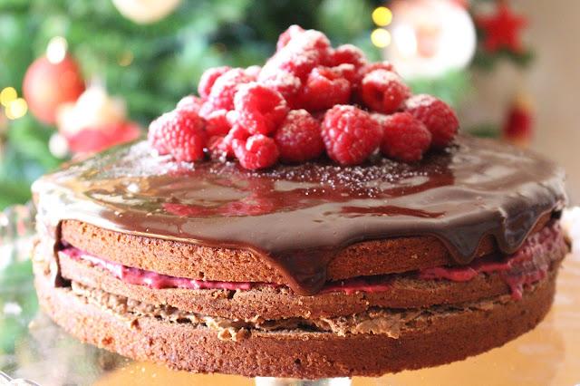 Naked cake de chocolate, avelã e frutos silvestres