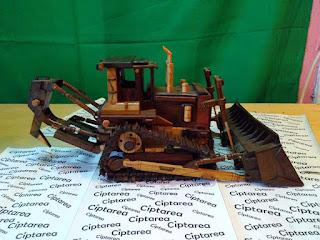Miniatur Caterpillar D9T Crawler Dozer dari bahan kayu